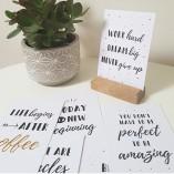 Komplet 12-ih motivacijskih kartic z lesenim podstavkom